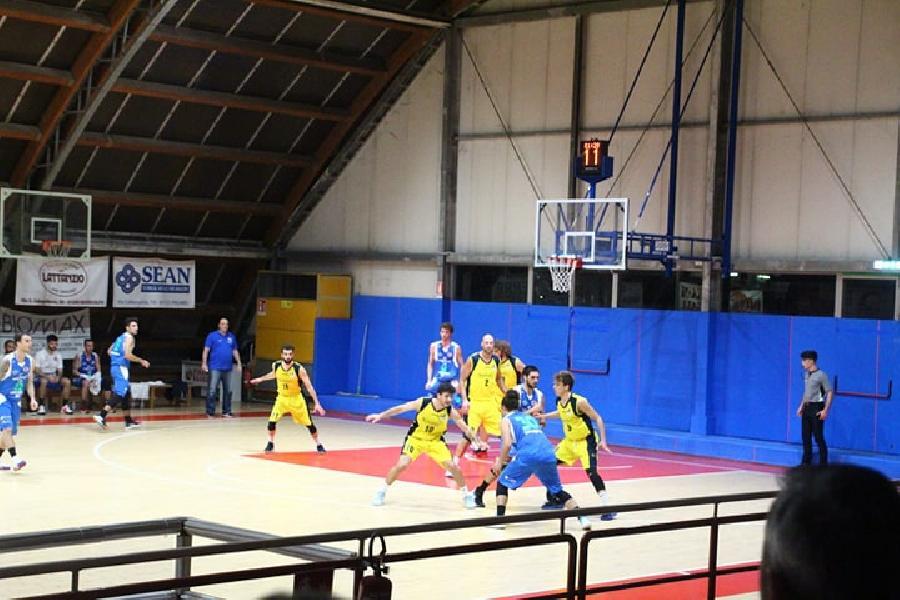 https://www.basketmarche.it/immagini_articoli/17-11-2019/triple-carancini-danno-vittoria-wispone-taurus-jesi-campo-loreto-pesaro-600.jpg