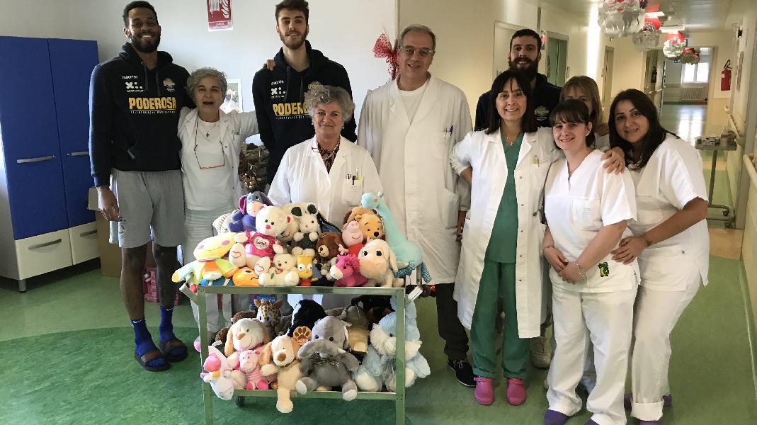 https://www.basketmarche.it/immagini_articoli/17-12-2019/poderosa-montegranaro-consegnati-ospedale-fermo-peluche-raccolti-teddy-bear-toss-600.jpg