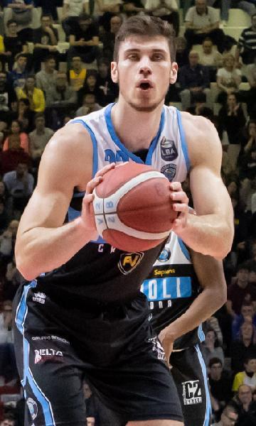 https://www.basketmarche.it/immagini_articoli/18-01-2021/ufficiale-ethan-happ-giocatore-dinamo-sassari-600.jpg