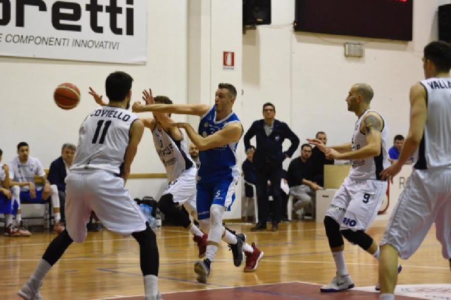 https://www.basketmarche.it/immagini_articoli/18-02-2019/janus-fabriano-beffato-finale-derby-civitanova-600.jpg