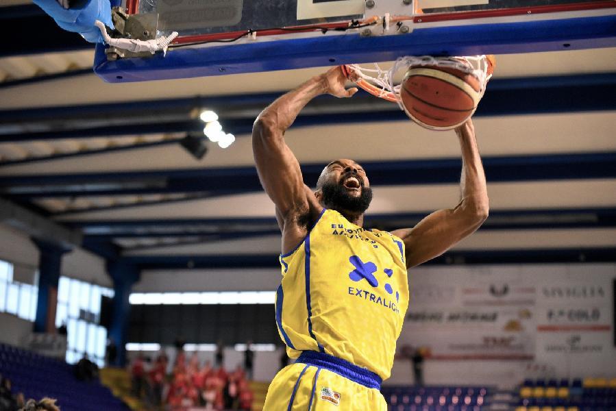 https://www.basketmarche.it/immagini_articoli/18-03-2019/poderosa-montegranaro-domina-baltur-cento-punta-match-verona-600.jpg