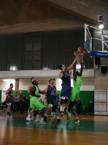 https://www.basketmarche.it/immagini_articoli/18-03-2021/basket-corato-conquista-derby-vittoria-600.jpg