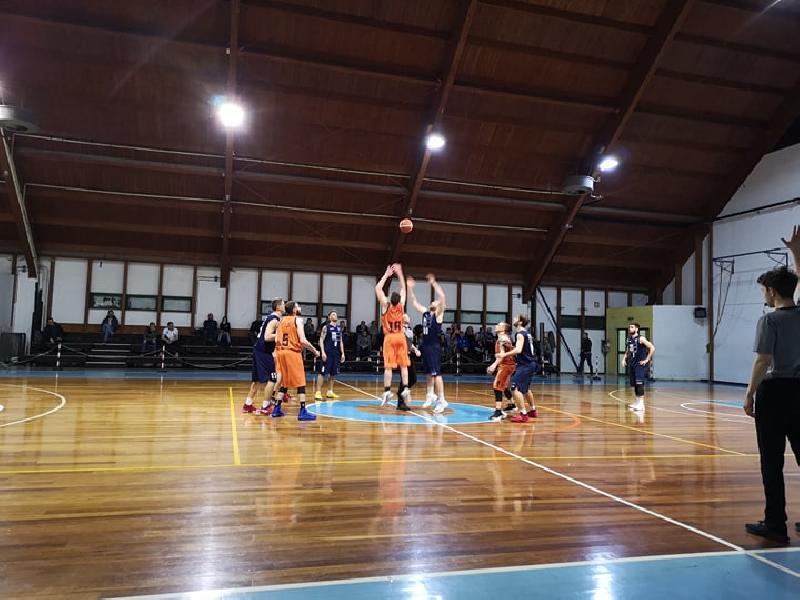 https://www.basketmarche.it/immagini_articoli/18-04-2019/playoff-basket-giovane-pesaro-cade-fabriano-giocher-tutto-gara-600.jpg