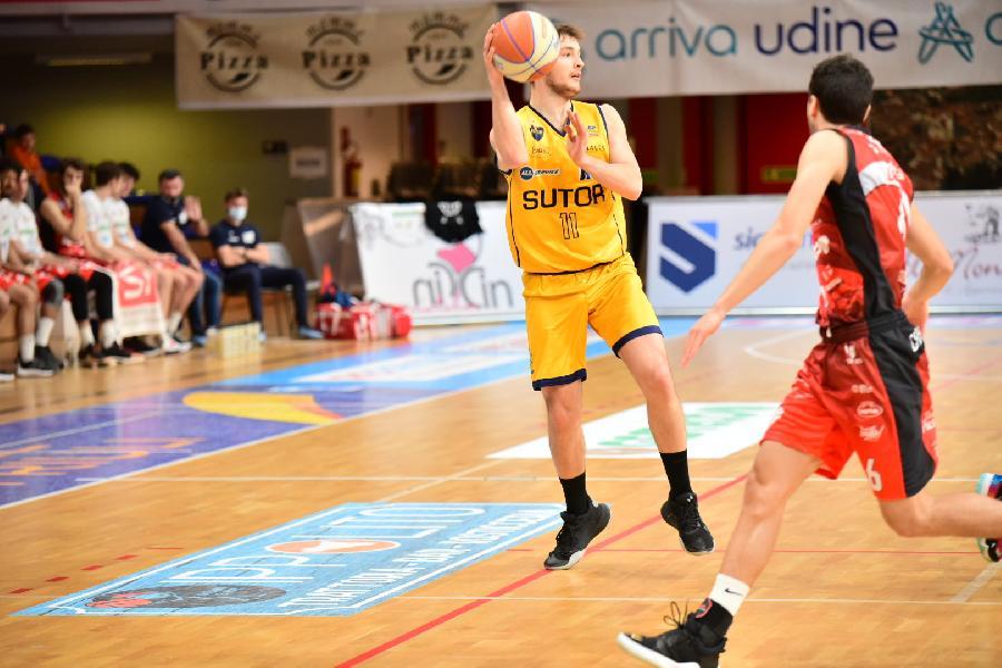 https://www.basketmarche.it/immagini_articoli/18-04-2021/sutor-montegranaro-sbanca-campo-capolista-cividale-conquista-punti-600.jpg