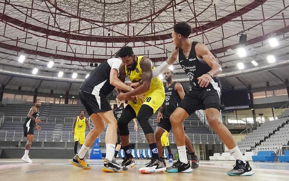 https://www.basketmarche.it/immagini_articoli/18-09-2021/buon-test-amichevole-aquila-basket-trento-pallacanestro-brescia-600.jpg