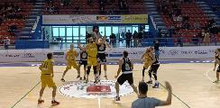https://www.basketmarche.it/immagini_articoli/18-10-2021/campetto-ancona-doma-volata-sutor-porta-casa-brutto-derby-120.jpg