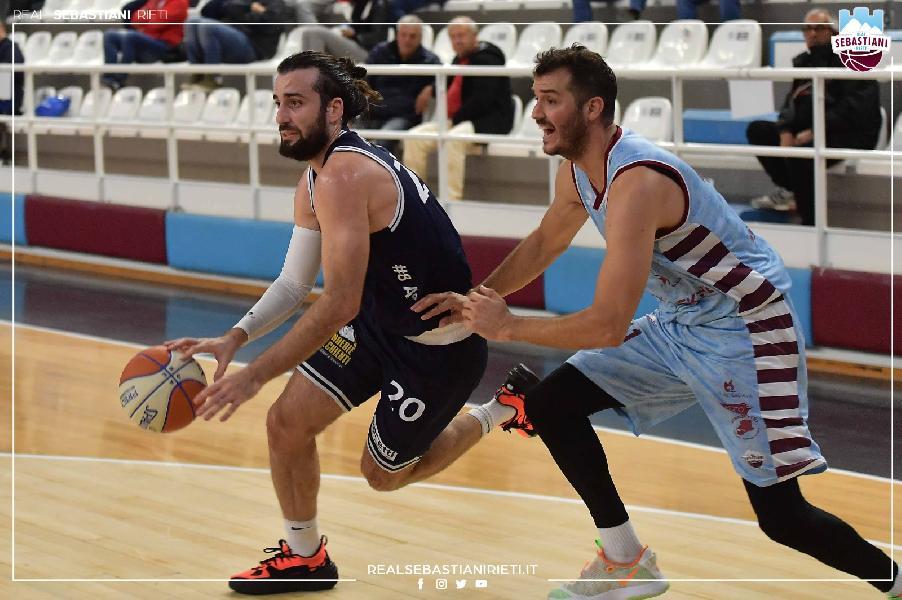 https://www.basketmarche.it/immagini_articoli/18-10-2021/pesante-sconfitta-virtus-civitanova-campo-real-sebastiani-rieti-600.jpg