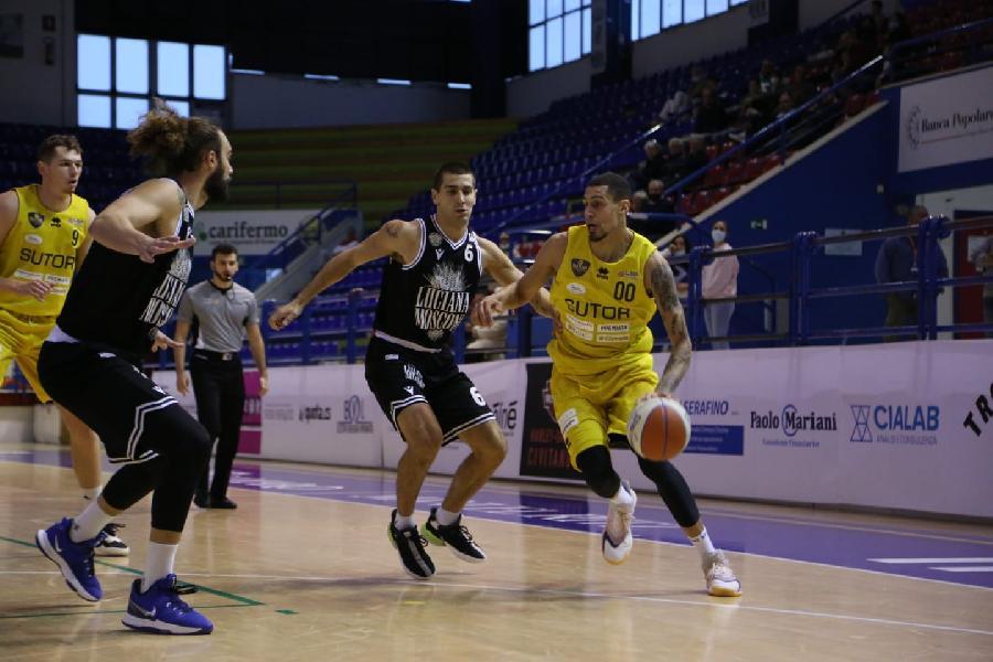 https://www.basketmarche.it/immagini_articoli/18-10-2021/sutor-montegranaro-spegne-finale-rimanda-appuntamento-prima-vittoria-600.jpg
