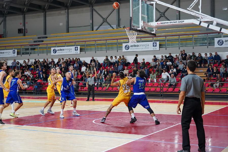 https://www.basketmarche.it/immagini_articoli/18-11-2019/pallacanestro-recanati-coach-pesaresi-todi-condannati-distrazioni-finali-grazie-nostri-tifosi-600.jpg