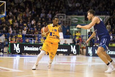 https://www.basketmarche.it/immagini_articoli/18-12-2017/serie-a2-una-grande-poderosa-montegranaro-conquista-una-storica-vittoria-contro-la-fortitudo-bologna-270.jpg