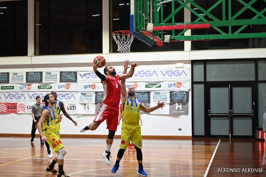 https://www.basketmarche.it/immagini_articoli/19-01-2020/basket-maceratese-sbanca-anche-campo-basket-fermo-tensione-fine-gara-sulle-tribune-600.jpg