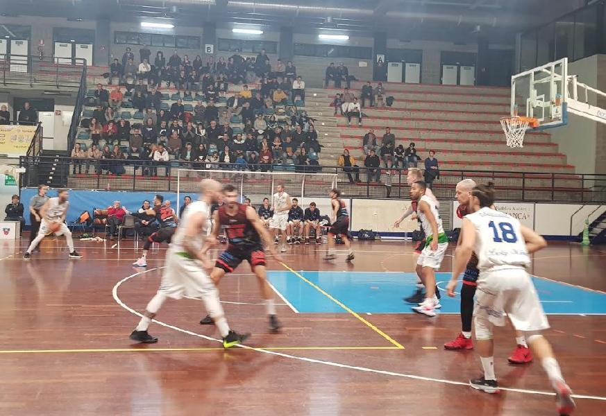 https://www.basketmarche.it/immagini_articoli/19-01-2020/corsa-capolista-lucky-wind-foligno-ferma-fronte-unibasket-lanciano-super-cukinas-600.jpg
