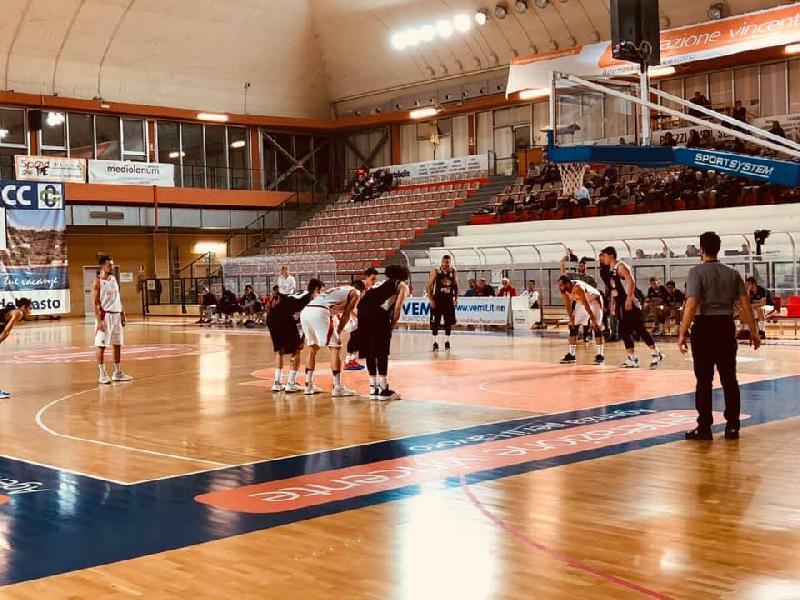 https://www.basketmarche.it/immagini_articoli/19-01-2020/straordinario-filippo-centanni-guida-falconara-basket-vittoria-campo-vasto-basket-600.jpg