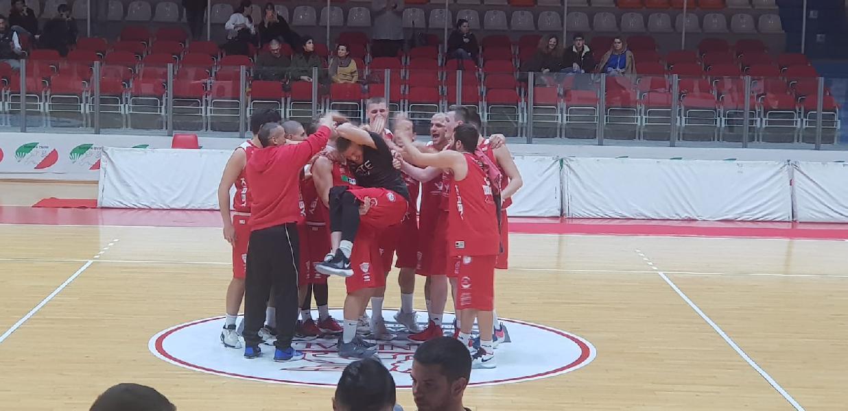 https://www.basketmarche.it/immagini_articoli/19-03-2019/chieti-basket-piega-chem-virtus-porto-giorgio-giocher-playoff-campli-600.jpg