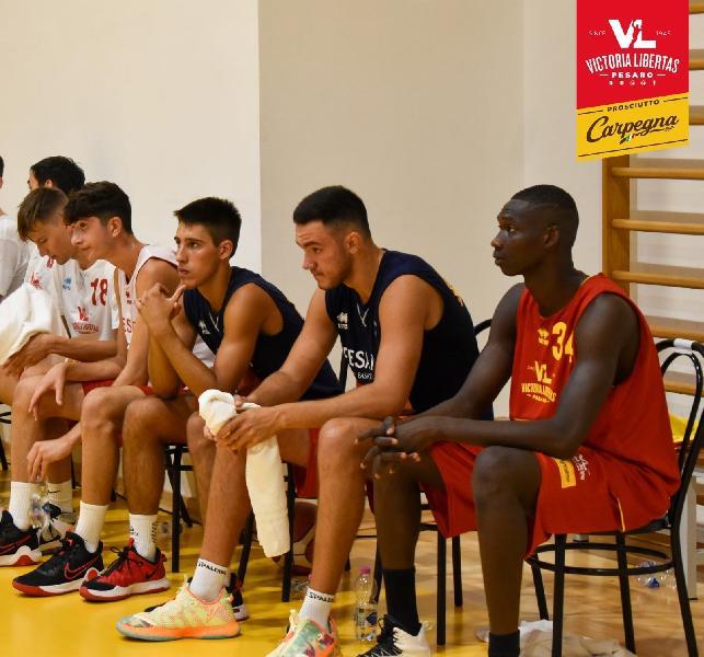 https://www.basketmarche.it/immagini_articoli/19-08-2021/pesaro-giovani-edin-mujakovic-umberto-stazzonelli-mamoudou-aggregati-prima-squadra-600.jpg