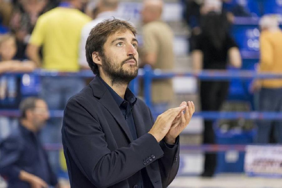 https://www.basketmarche.it/immagini_articoli/19-10-2018/poderosa-montegranaro-iacopo-squarcina-assistente-allenatore-nazionale-under-600.jpg
