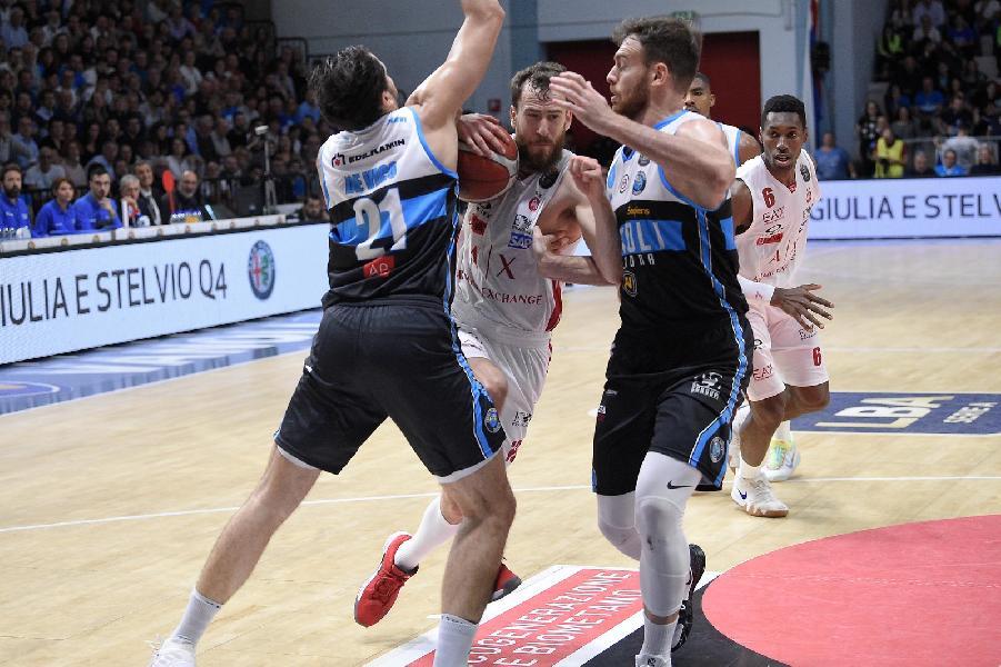 https://www.basketmarche.it/immagini_articoli/20-10-2019/vanoli-cremona-aggiudica-derby-olimpia-milano-600.jpg