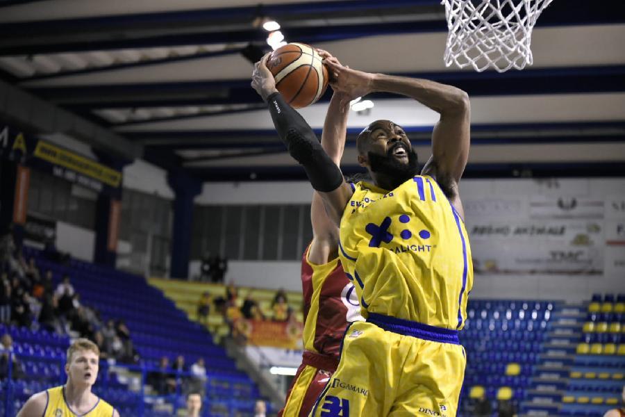 https://www.basketmarche.it/immagini_articoli/21-01-2019/poderosa-montegranaro-ferma-ravenna-arriva-sesta-vittoria-consecutiva-600.jpg