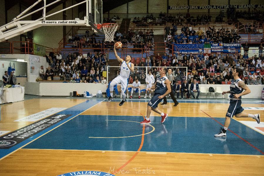 https://www.basketmarche.it/immagini_articoli/21-04-2019/janus-fabriano-regala-terzo-posto-playoff-sfida-napoli-basket-600.jpg