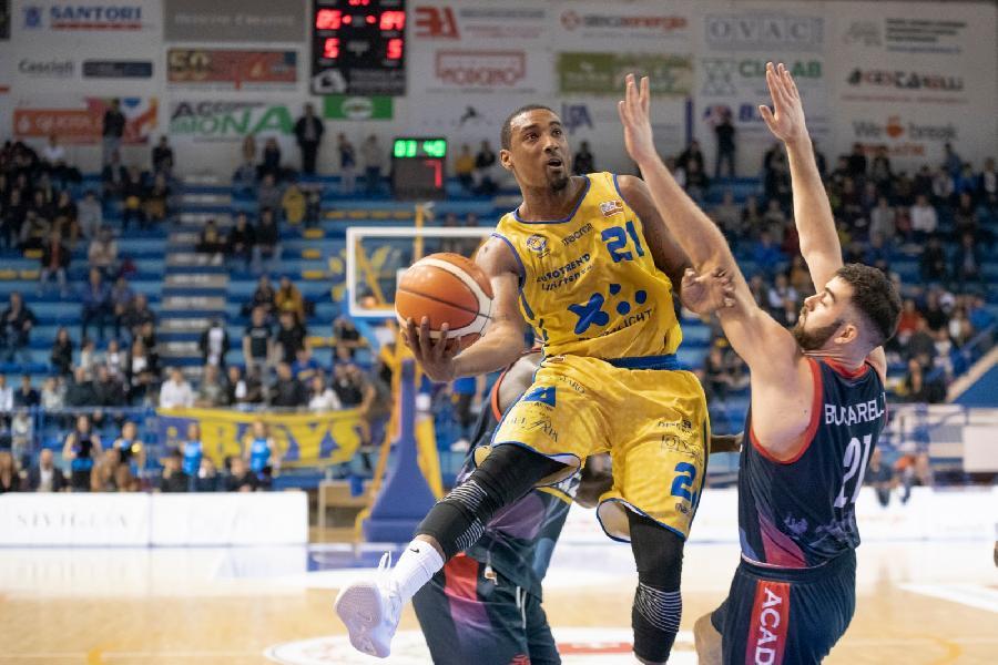 https://www.basketmarche.it/immagini_articoli/21-04-2019/straordinario-corbett-basta-poderosa-montegranaro-playoff-latina-600.jpg