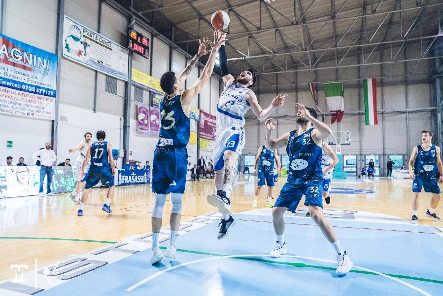 https://www.basketmarche.it/immagini_articoli/21-05-2021/playoff-janus-fabriano-sbanca-sant-antimo-porta-avanti-serie-600.jpg