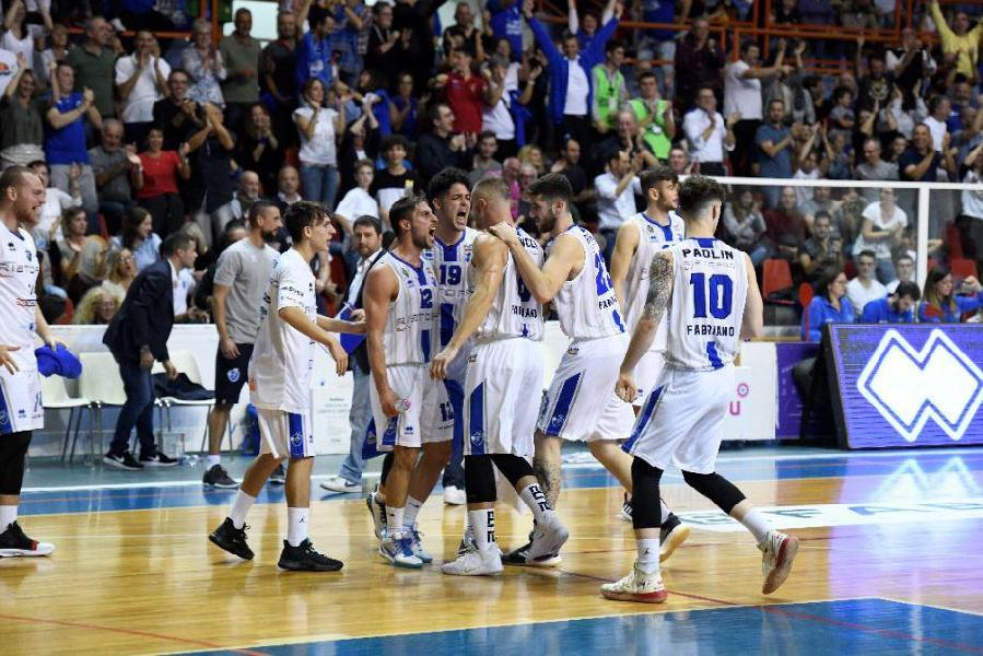 https://www.basketmarche.it/immagini_articoli/21-10-2019/janus-fabriano-ferma-capolista-ozzano-conquista-terza-vittoria-consecutiva-primato-600.jpg