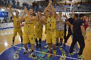 https://www.basketmarche.it/immagini_articoli/21-10-2019/sutor-esulta-sirena-parole-coach-marco-ciarpella-francesco-ciarpella-120.jpg