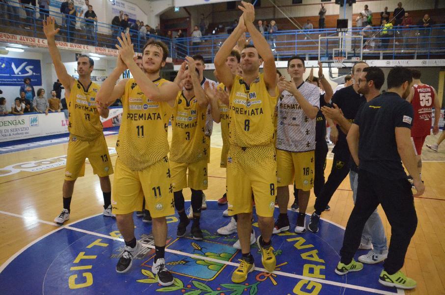 https://www.basketmarche.it/immagini_articoli/21-10-2019/sutor-esulta-sirena-parole-coach-marco-ciarpella-francesco-ciarpella-600.jpg