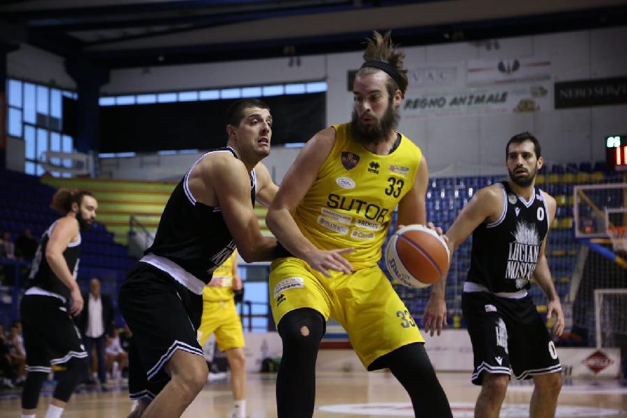 https://www.basketmarche.it/immagini_articoli/21-10-2021/sutor-montegranaro-riccardo-crespi-siamo-arrabbiati-quanto-successo-ancona-600.jpg