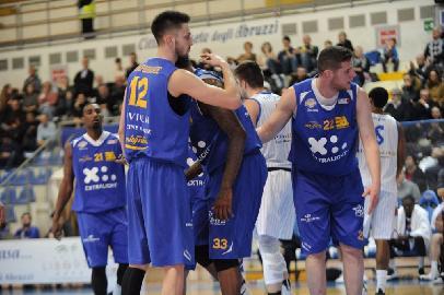 https://www.basketmarche.it/immagini_articoli/22-01-2018/serie-a2-sofferta-vittoria-per-la-poderosa-montegranaro-sul-campo-dei-roseto-sharks-270.jpg