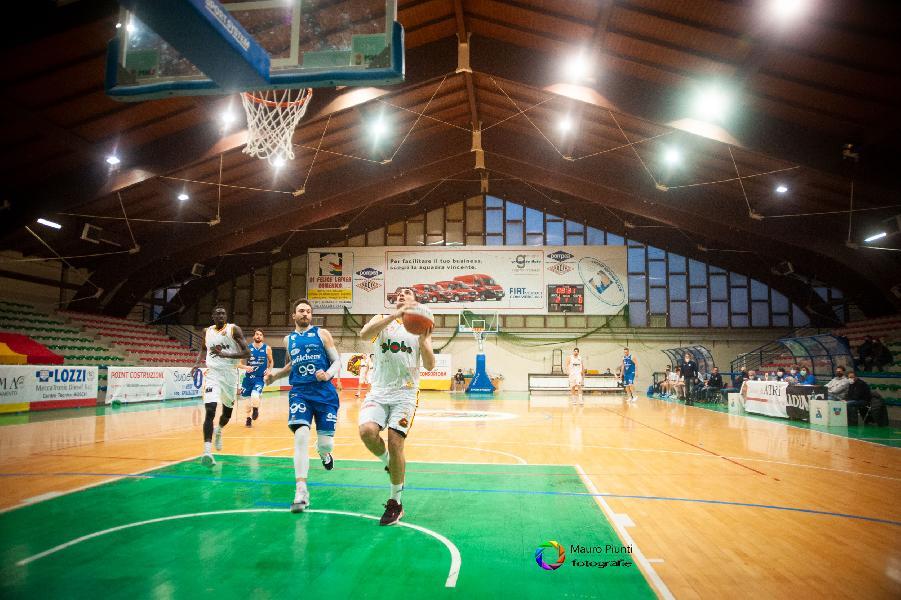 https://www.basketmarche.it/immagini_articoli/22-02-2021/grande-giulia-basket-giulianova-porta-casa-derby-pallacanestro-roseto-600.jpg