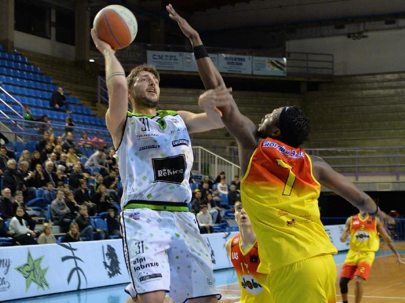 https://www.basketmarche.it/immagini_articoli/22-06-2020/ufficiale-marco-petrucci-vestir-maglia-raggisolaris-faenza-anche-prossima-stagione-600.jpg