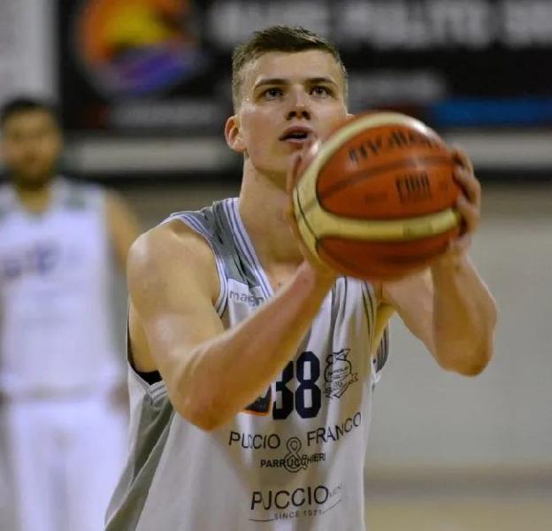 https://www.basketmarche.it/immagini_articoli/22-07-2021/ufficiale-basket-aquilano-firma-lungo-lituano-titas-klevinskas-600.jpg