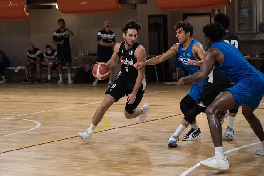 https://www.basketmarche.it/immagini_articoli/22-08-2020/longhi-treviso-passi-avanti-scrimmage-virtus-bologna-mekowulu-scorer-punti-600.jpg