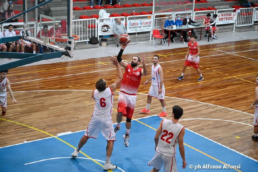 https://www.basketmarche.it/immagini_articoli/22-10-2021/basket-macerata-vince-merito-derby-campo-amatori-severino-600.jpg
