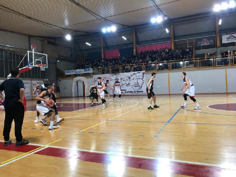 https://www.basketmarche.it/immagini_articoli/22-12-2019/virtus-assisi-beffata-casa-tripla-pajola-sirena-esultare-falconara-basket-600.jpg