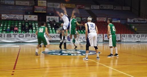 https://www.basketmarche.it/immagini_articoli/23-01-2018/under-20-regionale-lo-janus-fabriano-supera-un-buon-cab-stamura-ancona-270.jpg