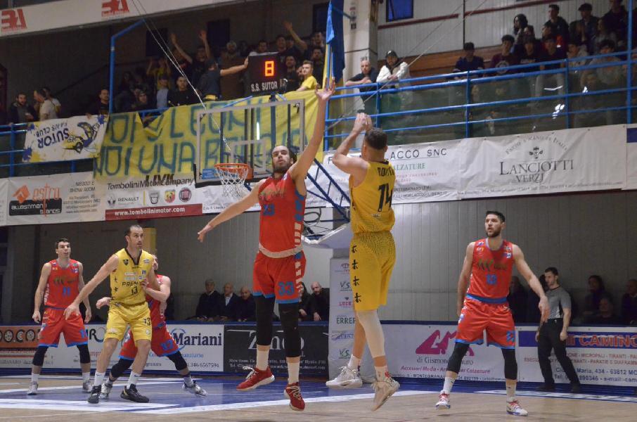 https://www.basketmarche.it/immagini_articoli/23-02-2020/sutor-montegranaro-conquista-punti-sinermatic-ozzano-600.jpg
