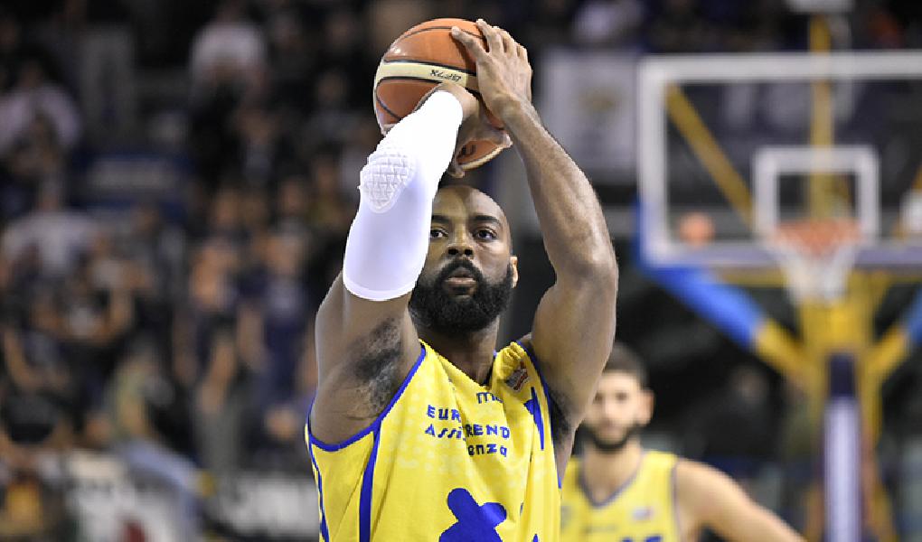 https://www.basketmarche.it/immagini_articoli/23-06-2019/ufficiale-poderosa-montegranaro-jeremy-simmons-firma-pallacanestro-varese-600.png