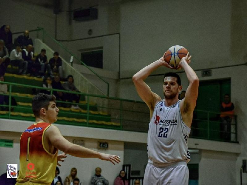 https://www.basketmarche.it/immagini_articoli/23-07-2020/pallacanestro-roseto-piomba-valerio-amoroso-cambio-lunghi-idea-obinna-nwokoye-600.jpg