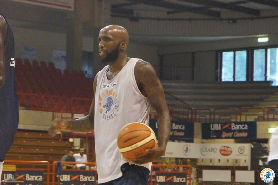 https://www.basketmarche.it/immagini_articoli/23-08-2018/serie-a2-video-aurora-jesi-la-conferenza-stampa-di-presentazione-di-kevin-dillard-600.jpg