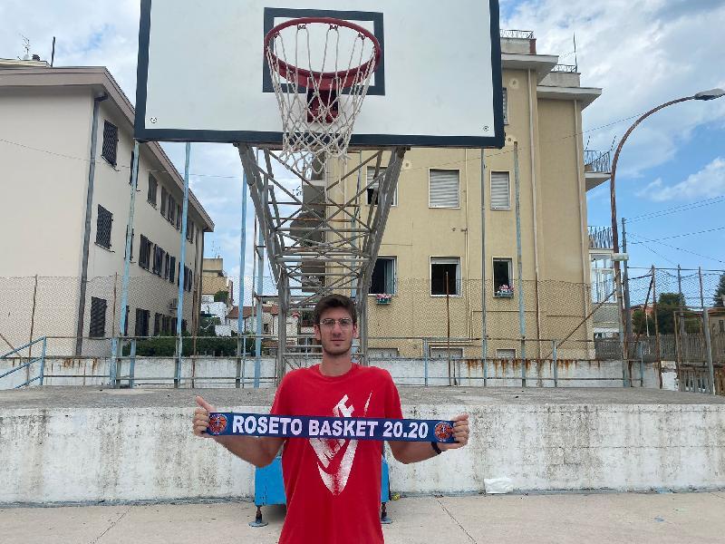 https://www.basketmarche.it/immagini_articoli/23-08-2021/ufficiale-lungo-maurizio-cantarini-giocatore-roseto-basket-2020-600.jpg