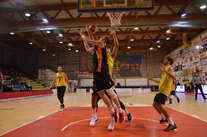https://www.basketmarche.it/immagini_articoli/23-09-2017/serie-b-nazionale-memorial-mazzoni-il-basket-recanati-cade-in-semifinale-contro-i-tigers-forlì-270.jpg