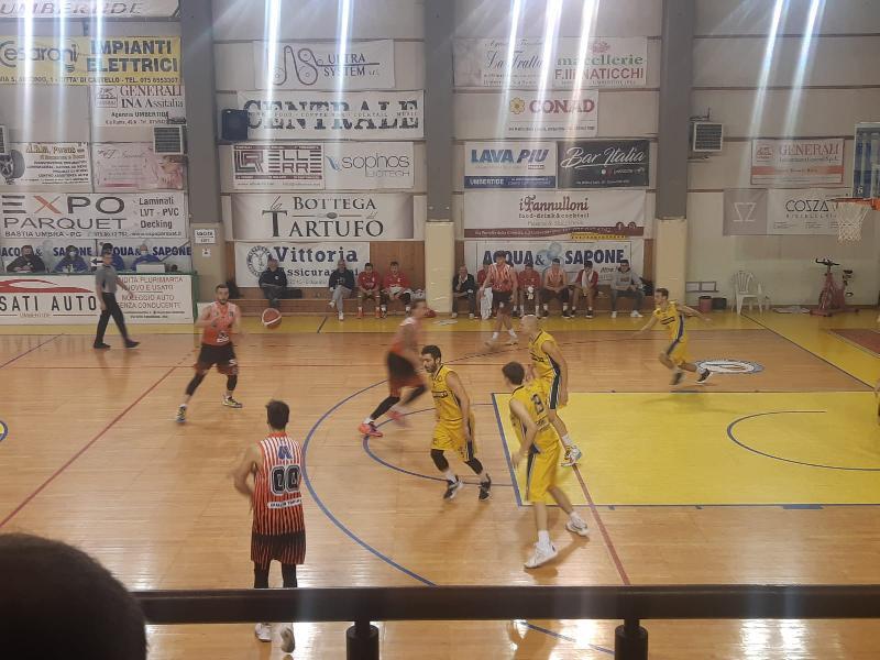 https://www.basketmarche.it/immagini_articoli/23-10-2021/basket-gualdo-vince-derby-campo-fratta-umbertide-dopo-supplementare-600.jpg