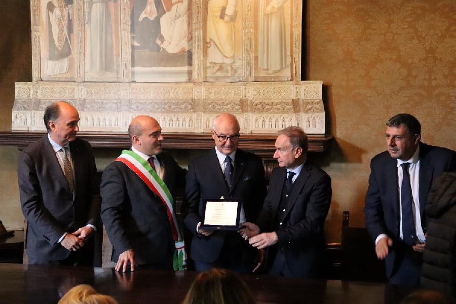 https://www.basketmarche.it/immagini_articoli/23-11-2019/presidente-petrucci-premiato-professor-paolo-bianconi-anni-spesi-mondo-basket-600.jpg