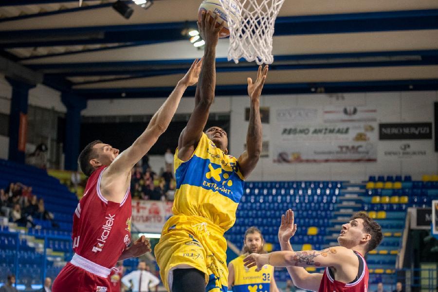 https://www.basketmarche.it/immagini_articoli/23-12-2019/sanguinosa-sconfitta-interna-poderosa-montegranaro-andrea-costa-imola-600.jpg