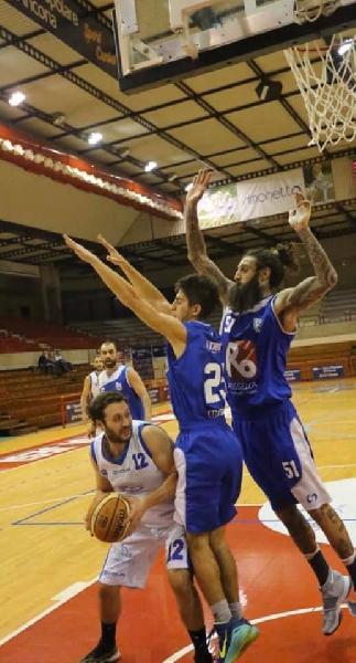 https://www.basketmarche.it/immagini_articoli/24-02-2020/ufficiale-lorenzo-ganzetti-riallaccia-scarpe-campo-senigallia-basket-2020-600.jpg