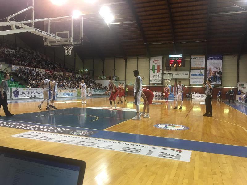 https://www.basketmarche.it/immagini_articoli/24-03-2019/grande-janus-fabriano-vince-scontro-diretto-pescara-ribalta-differenza-canestri-600.jpg