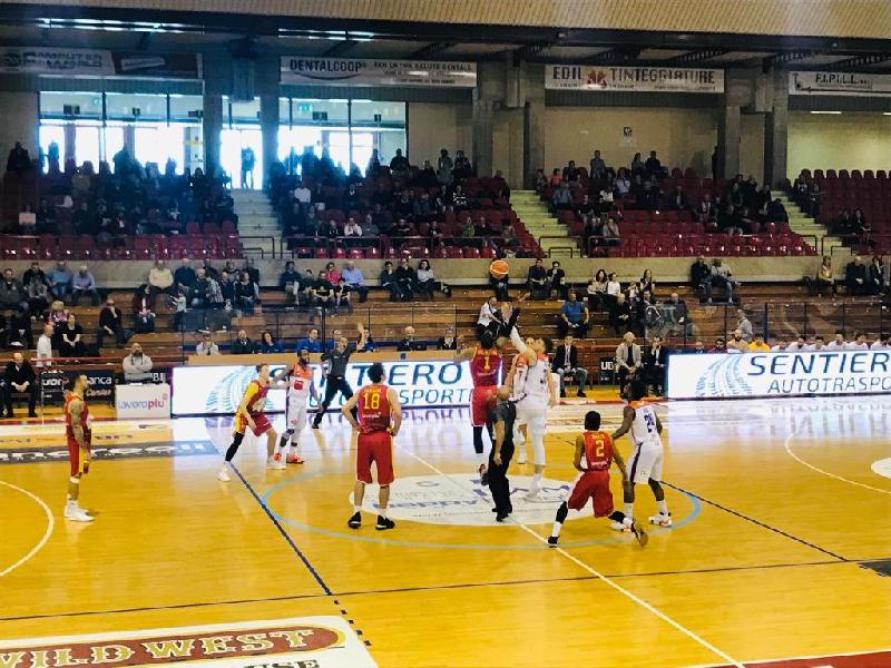 https://www.basketmarche.it/immagini_articoli/24-03-2019/pranzo-indigesto-aurora-jesi-banca-sport-center-passa-ravenna-600.jpg