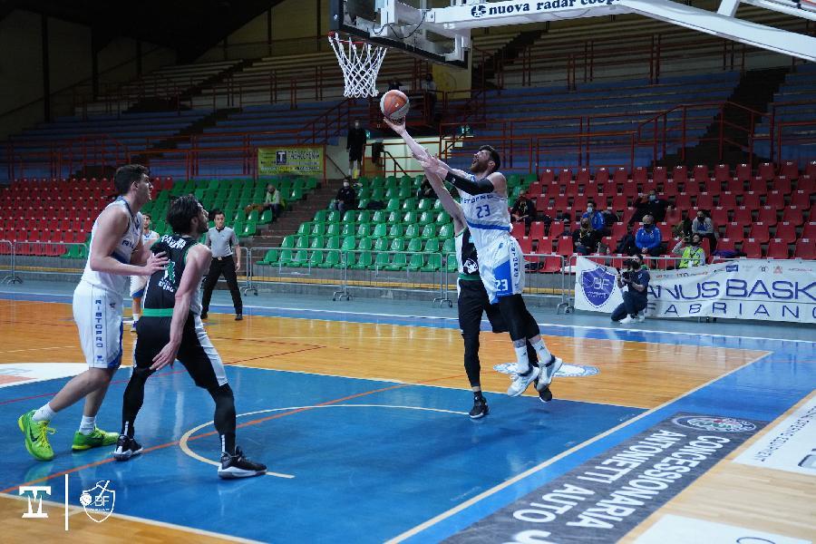 https://www.basketmarche.it/immagini_articoli/24-03-2021/janus-fabriano-domina-sfida-virtus-padova-600.jpg